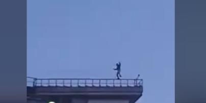 Киевлянин устроил стриптиз на перилах высотки