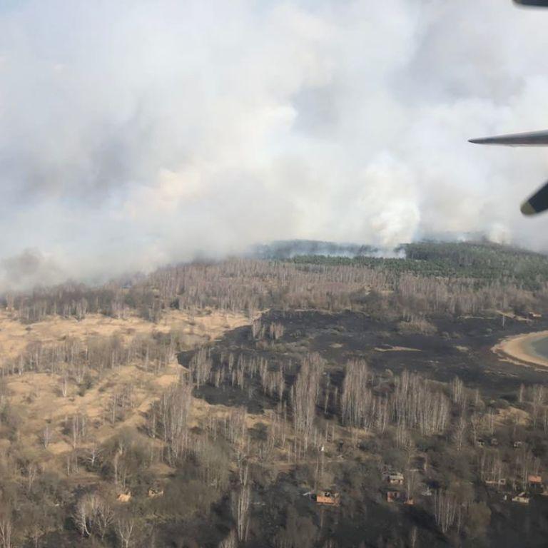 У Зоні відчуження палає ліс: до гасіння пожежі залучили авіацію