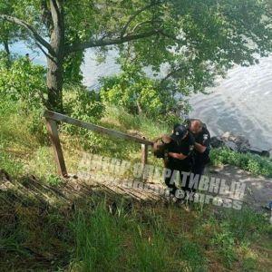 Держали за руки до последнего: в Днепре девушка прыгнула с моста