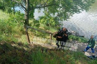 Тримали за руки до останнього: у Дніпрі дівчина стрибнула з мосту