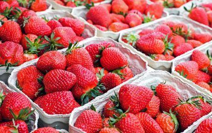 На украиских прилавках появилась клубника: сколько стоят ягоды и безопасны ли они