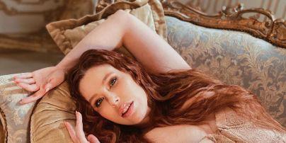 Соня Плакидюк у самому лише корсеті показала пишний бюст у Playboy