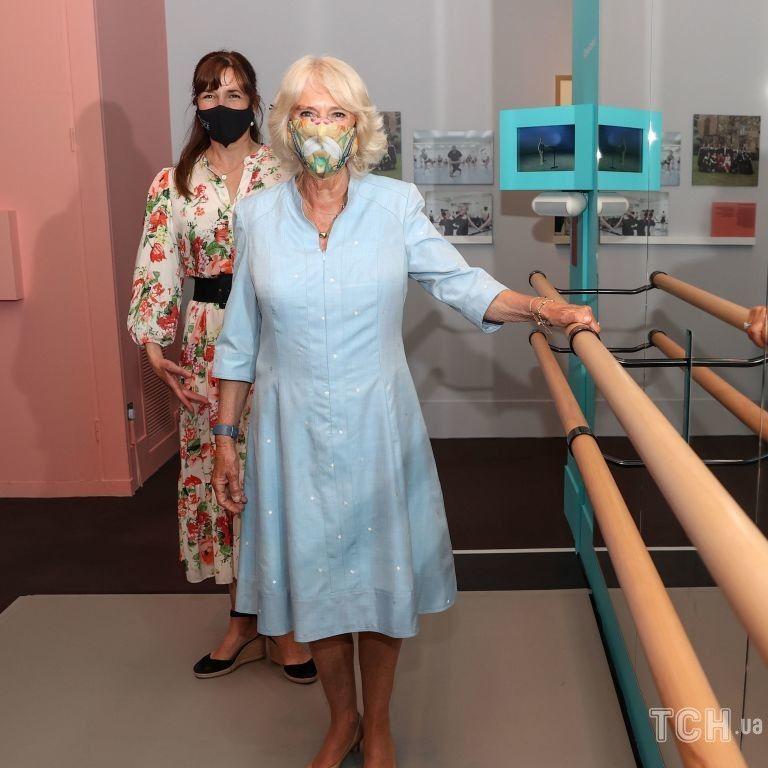 В небесно-голубом наряде: герцогиня Корнуольская Камилла посетила выставку