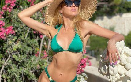 У смарагдовому купальнику і капелюсі: Оля Полякова показала нове фото з відпочинку у Франції