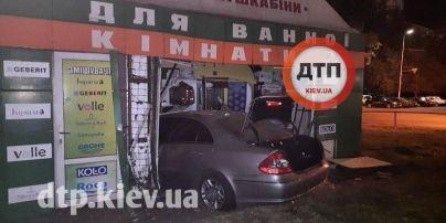 В Киеве водитель на Mercedes заехал в павильон для ванных комнат: фото