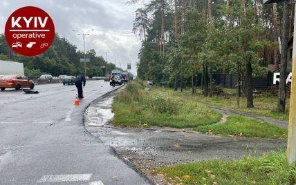 В Киеве неуправляемая машина снесла девушку, она скончалась на месте