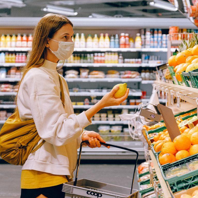 """""""Жах, потім ми це їмо"""": під Києвом відвідувачів супермаркету шокувала миша на піці"""