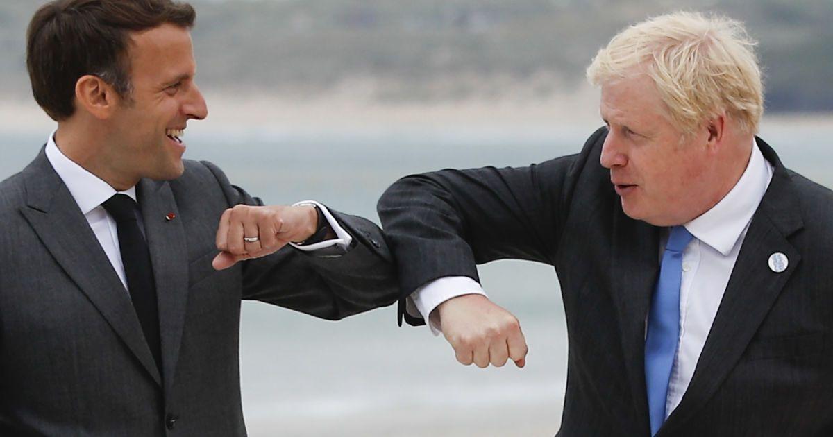 Эммануэль Макрона и Борис Джонсон приветствуются локтями / © Associated Press