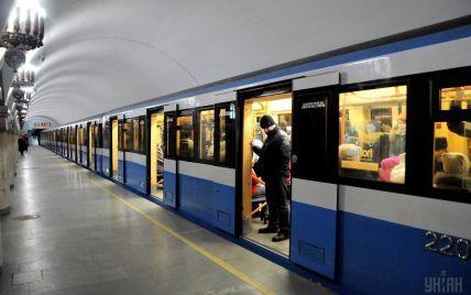 В киевском метро планируют сократить количество рекламы и открыть сувенирный магазин