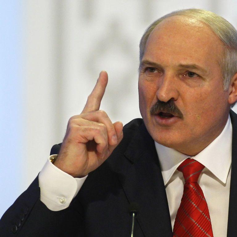 """""""Нехай там і сидять, якщо виїхали"""". Лукашенко наказав не пускати додому білорусів, які виїхали за кордон після попередження"""