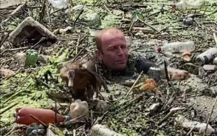 У Харкові чоловік врятував качку, яка заплуталась у водоймі зі сміттям, і став зіркою Мережі (відео)