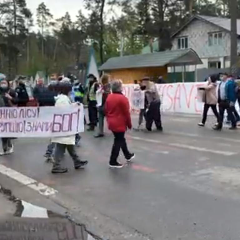 Під Києвом активісти перекрили Варшавську трасу: що відбувається (відео)