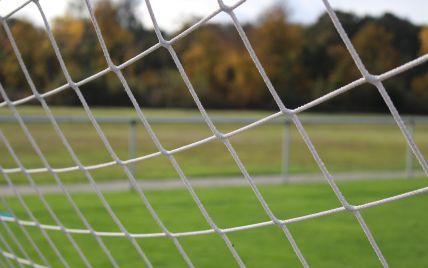Перекинулися, коли діти гуляли на спортмайданчику: у Харкові з'явилося відео падіння футбольних воріт на дитину