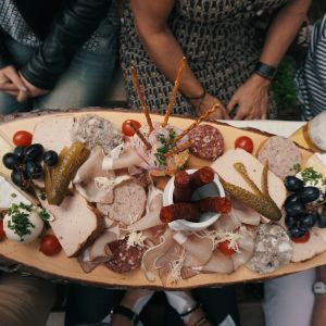 Застолье в новогоднюю ночь: в ЦОЗ дали советы, как избежать переедания за праздничным столом