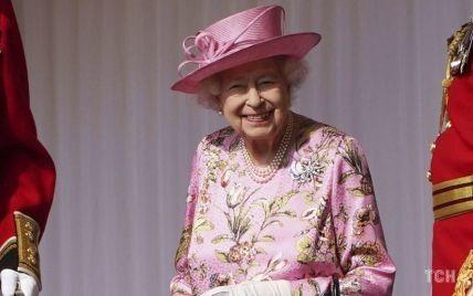 Пять вещей, которые всегда носит в сумке королева Елизавета II
