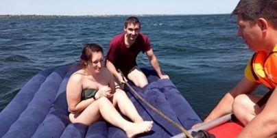 В Херсонской области пару отдыхающих на надувном матрасе отнесло к берегу другого города