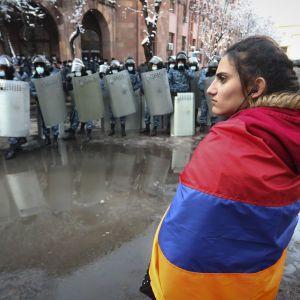 Массовые протесты в Ереване: одни требуют отставки Пашиняна, другие — вышли в его поддержку