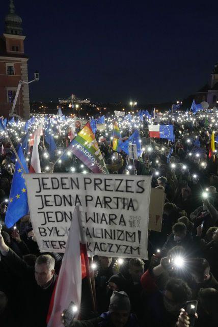 """Polexit: чому тисячі людей вийшли на """"Польський Євромайдан"""" та чи можуть їхню країну вигнати з ЄС"""