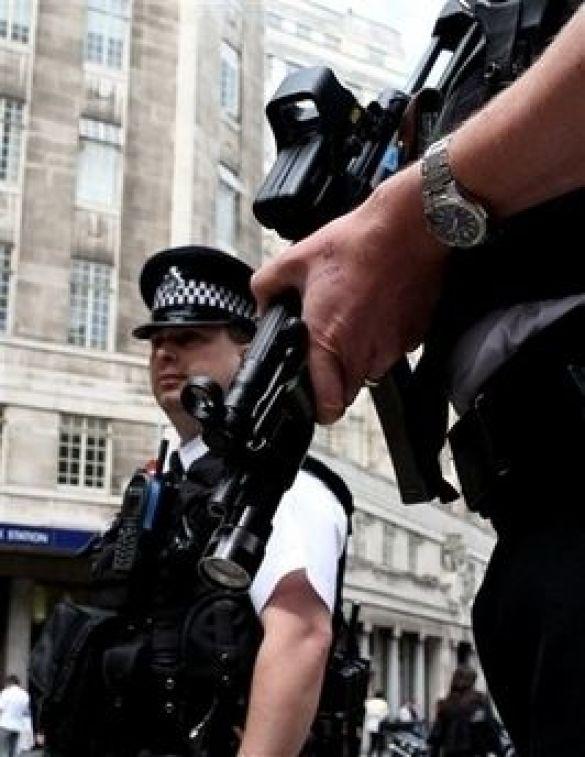 Британська поліція біля Скотланд-Ярду