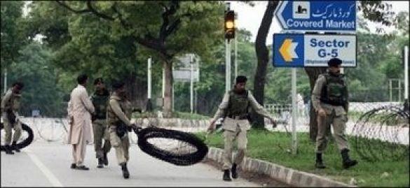 Пакистанські війська обносять мечеть колючим дротом