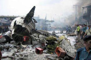 Літак упав на житловий будинок
