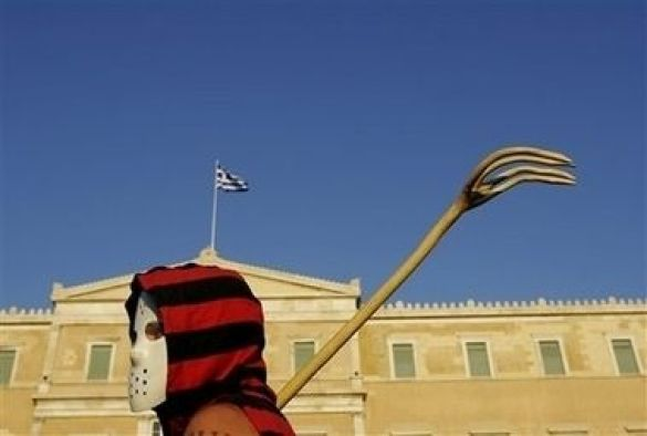 Учасник мовчазного маршу протесту під будівлею Грецького Парламенту в Афінах