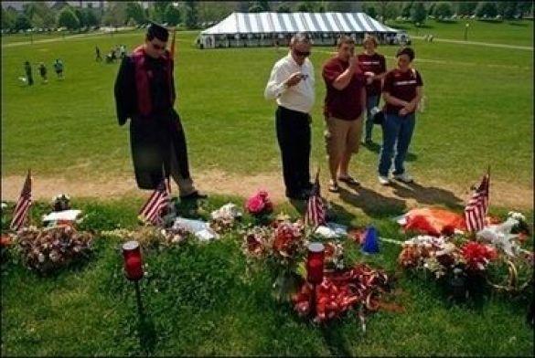 Розташований на кампусі меморіал студентам, розстріляним у Політехнічному університеті Вірджинії