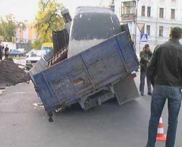У Києві під асфальт провалилась вантажівка