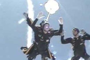 Буш-старший стрибнув із парашутом