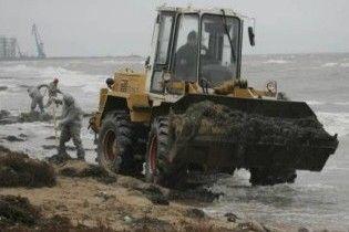 На одеському курорті нафтою забруднено три кілометри пляжів