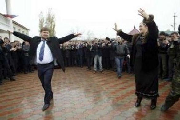 Чеченський президент Рамзан Кадиров танцює лезгинку зі своєю сестрою Зулай Кадировою