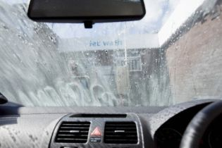 У Києві штрафуватимуть за миття машин на вулиці