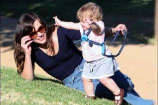 Міла Йовович тримає дитину на повідку