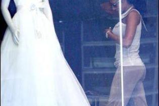Мел Бі підшукує весільну сукню