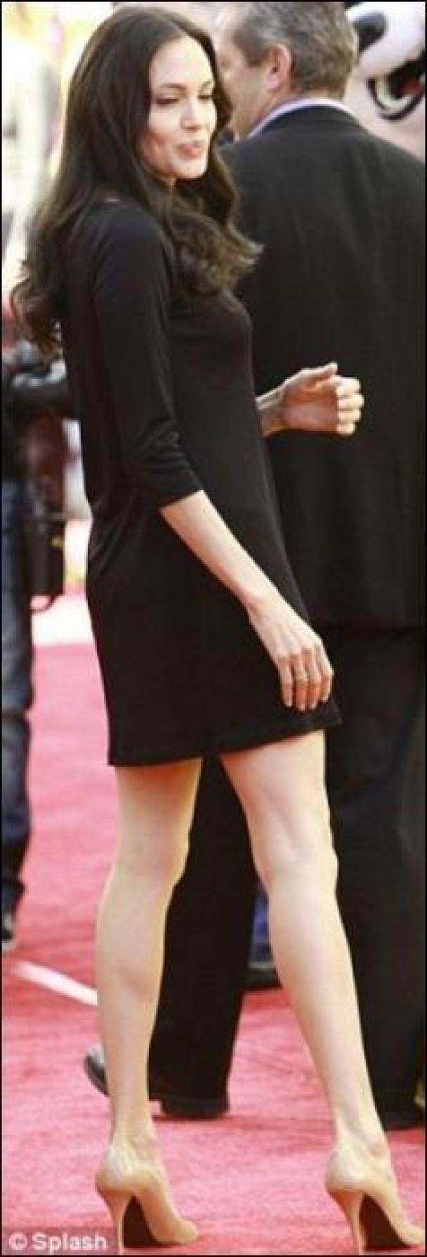 Джолі показала свої худі ноги (фото)