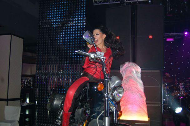 Руслана заспівала на мотоциклі (фото)