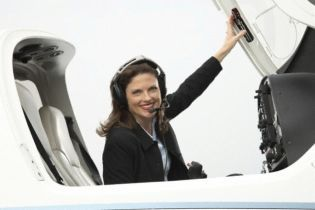 Замість божевільного пілота літак посадила стюардеса