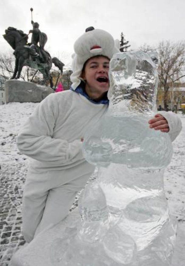 У центрі Києва показали льодових ведмедя і пінгвіна (відео)