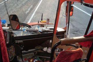 На Харківщині автобус врізався в дерево: 8 потерпілих