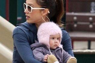 Джесіка Альба ставить доньку на ноги