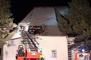 Водій, який перевищив швидкість, зупинився на даху церкви