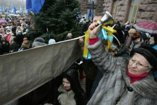 Майже 15% українців готові вийти на вулицю зі зброєю в руках
