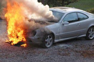 У Львові під відділом міліції спалили Mercedes