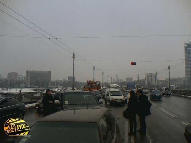 На мосту Патона в Києві зіткнулися 6 автомобілів