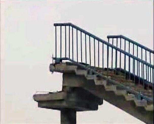На Одеській трасі обвалився пішохідний міст