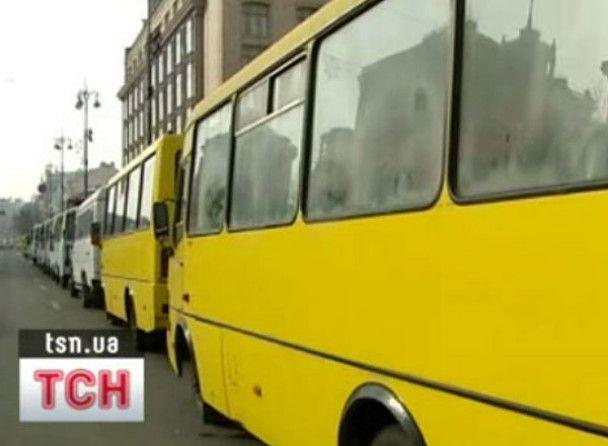 Під київську мерію принесли опудало Черновецького і гречку