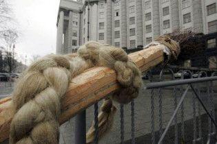 Тимошенко спробували мітлою викинути з Кабміну