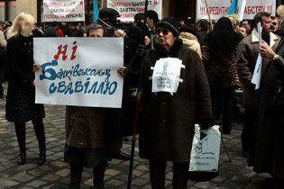 Пікетувальники принесли шибеницю під львівське управління НБУ
