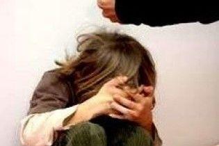 Жінка побила та покусала трирічного сина до смерті