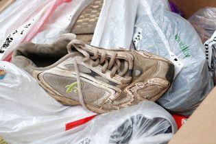 Латвійському уряду принесли 100 кілограм ношеного взуття